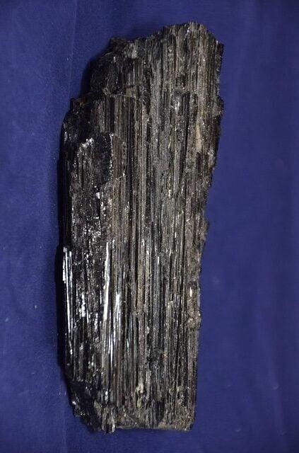 Piedra de turmalina negra