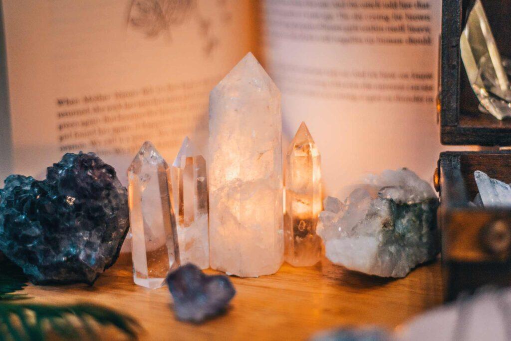 Varios cristales mágicos con libro de fondo