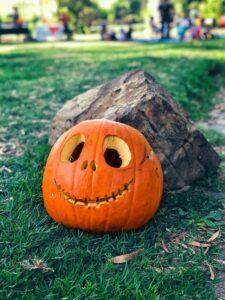 calabaza con rostro sonriente tallado