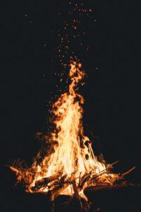 hoguera de fuego nocturna